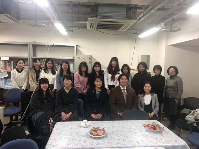 Assistant Professor Kosuke Niitsu with TMDU students and faculty