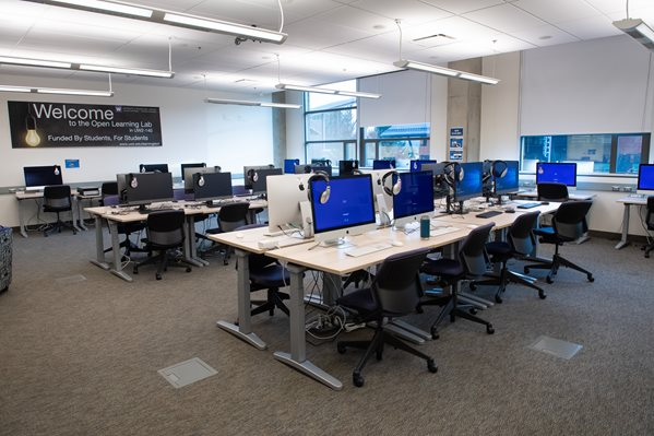 open learning lab with rows of PC and Mac computers